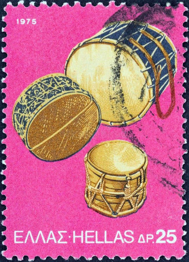 LA GRÈCE - VERS 1975 : Un timbre imprimé en Grèce montre des tambours de tambour de basque, vers 1975 photographie stock libre de droits