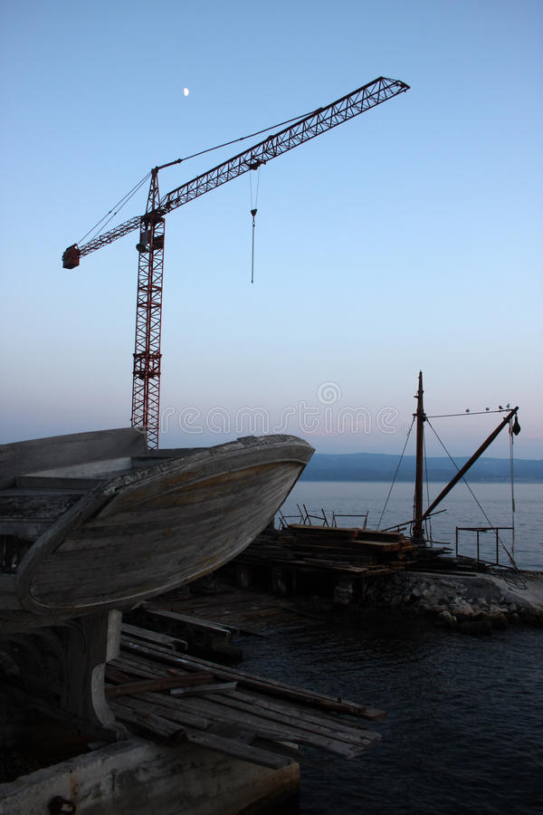 La grúa en Omis, Croacia foto de archivo
