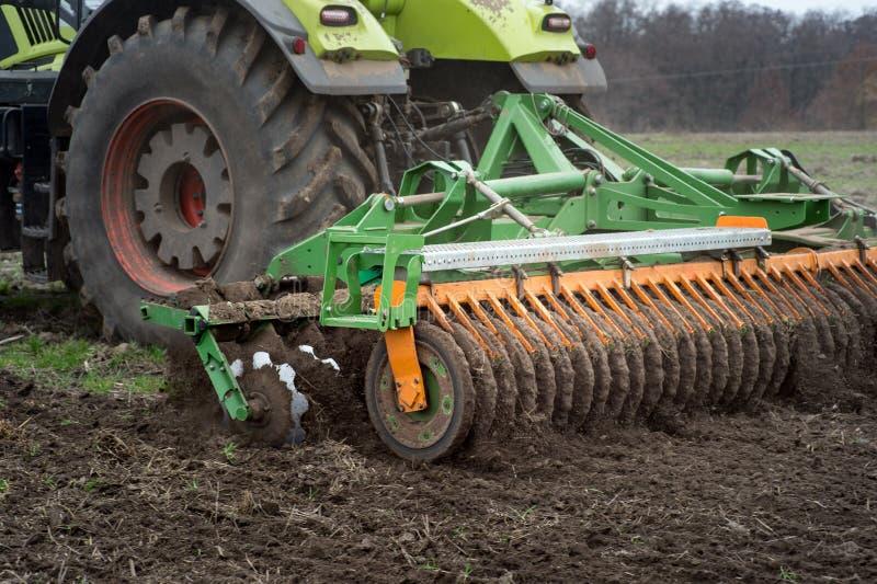 La grada de disco Cuchillas del tractor para arar la tierra en el agricult imagenes de archivo