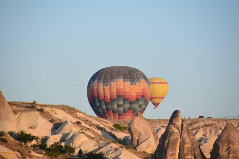 La gran atracción turística de Cappadocia - hinche el vuelo casquillo Colina, belleza imágenes de archivo libres de regalías