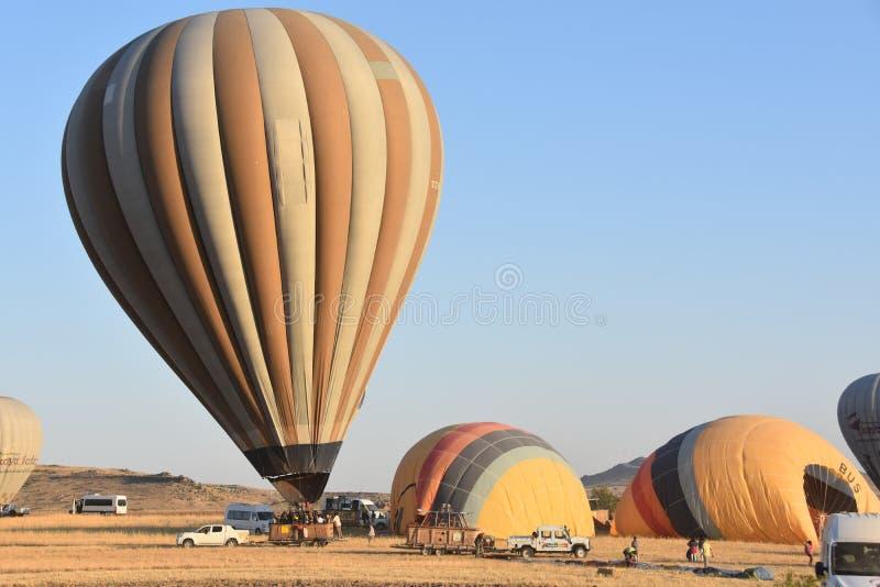 La gran atracción turística de Cappadocia - hinche el vuelo casquillo Colina, belleza fotografía de archivo