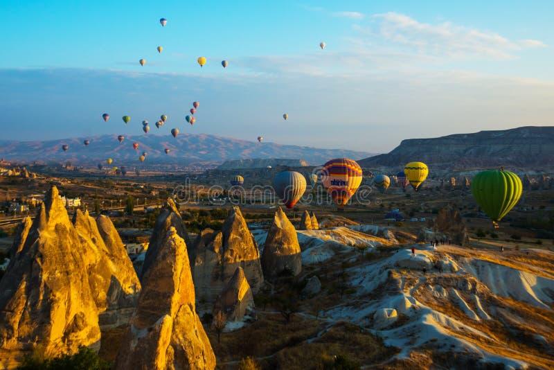 La gran atracción turística de Cappadocia - hinche el vuelo Cappadocia se conoce en todo el mundo como uno de los mejores lugares imágenes de archivo libres de regalías