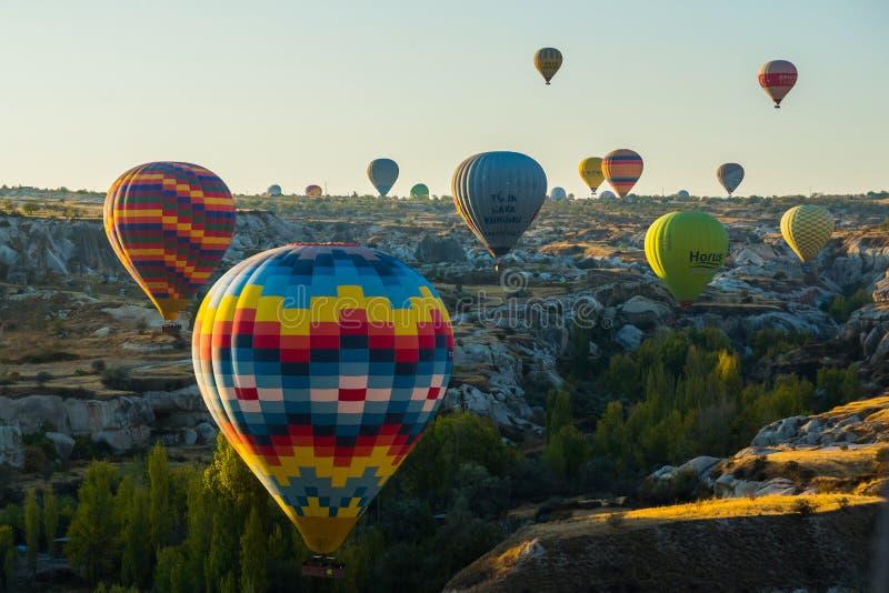 La gran atracción turística de Cappadocia - hinche el vuelo Cappadocia se conoce en todo el mundo como uno de los mejores lugares foto de archivo libre de regalías