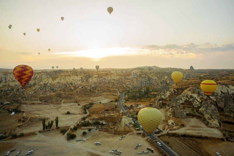 La gran atracción turística de Cappadocia - hinche el vuelo Cappadocia se conoce en todo el mundo como uno de los mejores lugares imagenes de archivo