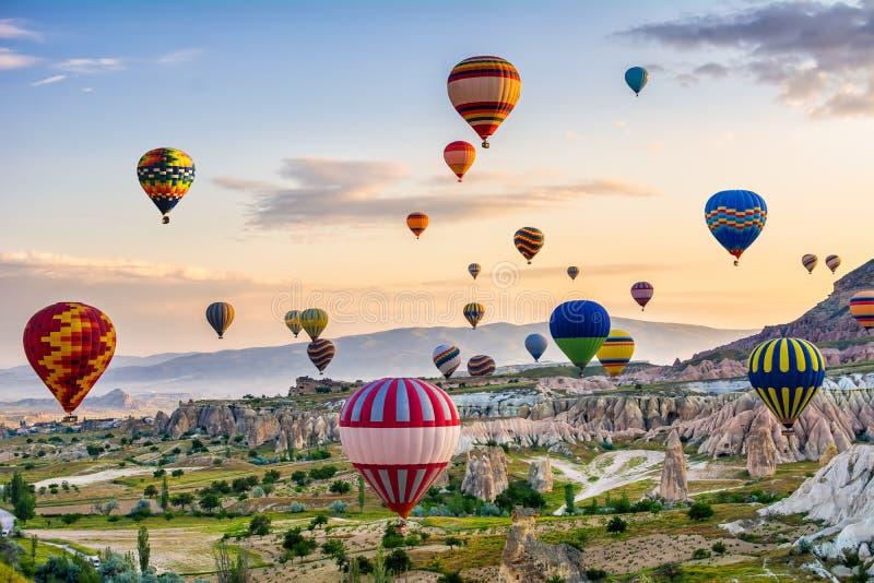 La gran atracción turística de Cappadocia - hinche el vuelo Cappadocia se conoce en todo el mundo como uno de los mejores lugares imagen de archivo