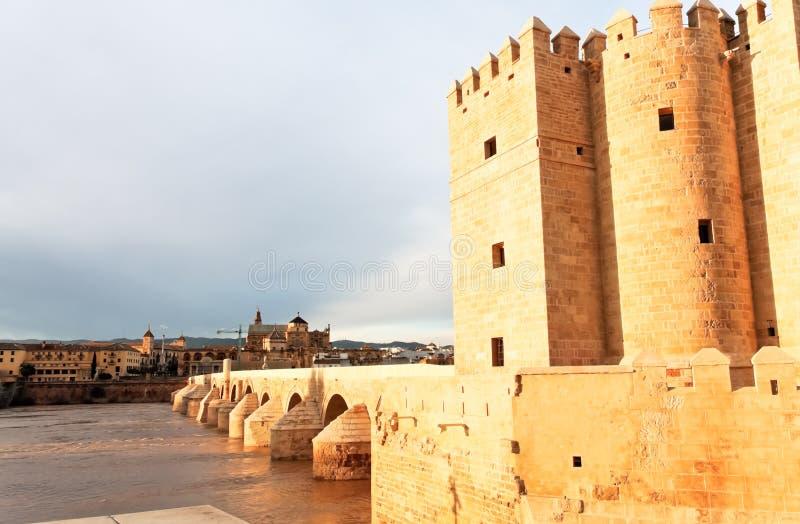 La gran mezquita y el puente romano, Córdoba, España imágenes de archivo libres de regalías