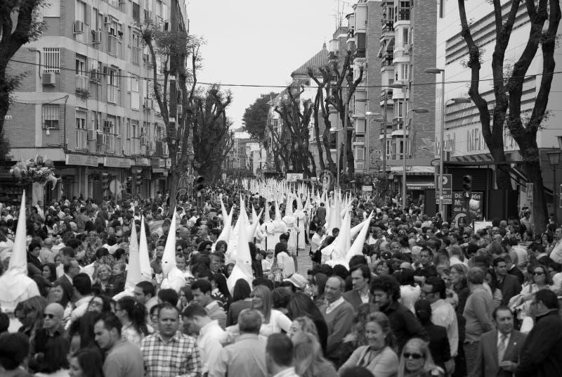 La gran muchedumbre de gente, mujeres y niños, acompaña a la procesión religiosa imágenes de archivo libres de regalías