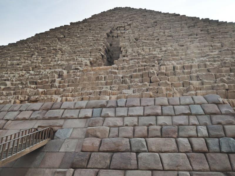 La gran pirámide en Giza, visión inferior Egipto fotografía de archivo libre de regalías