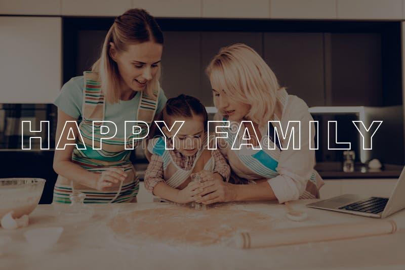 La grand-mère de filles font des biscuits La famille ont la fan photo libre de droits