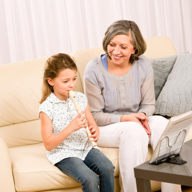 La grand-mère enseignent la cannelure de pièce de jeune fille heureuse photos stock