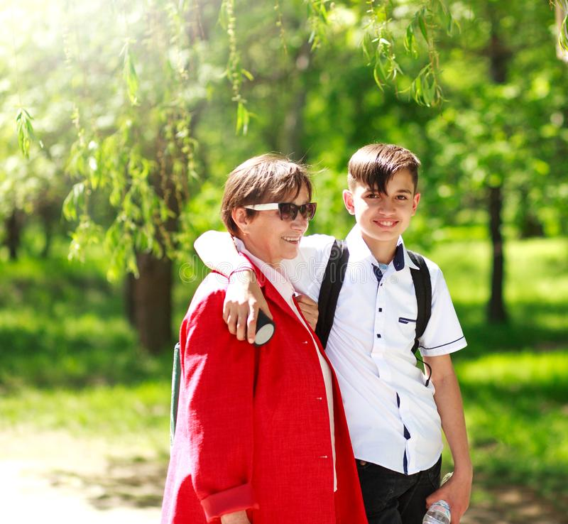 La grand-mère et le petit-fils heureux détendent ensemble le parc de ville d'été photos libres de droits