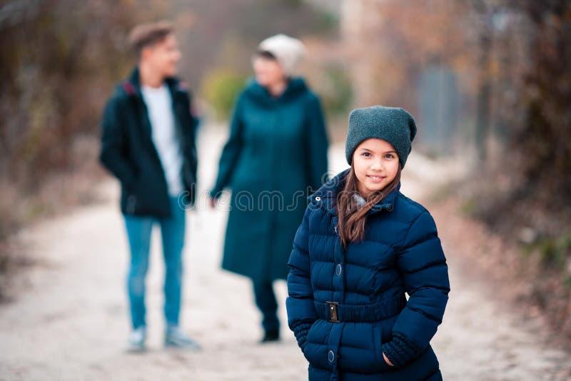 La grand-mère et les enfants marchent en parc image stock
