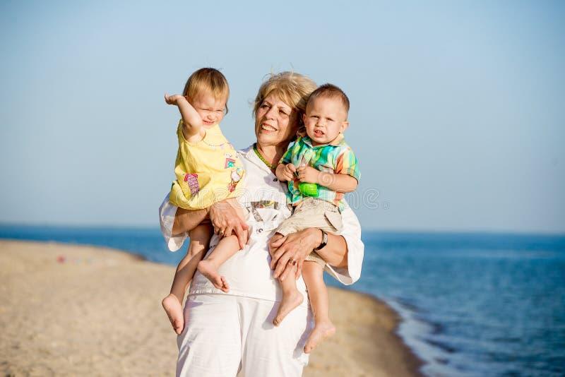 La grand-mère tient des petits-fils sur des mains photographie stock libre de droits
