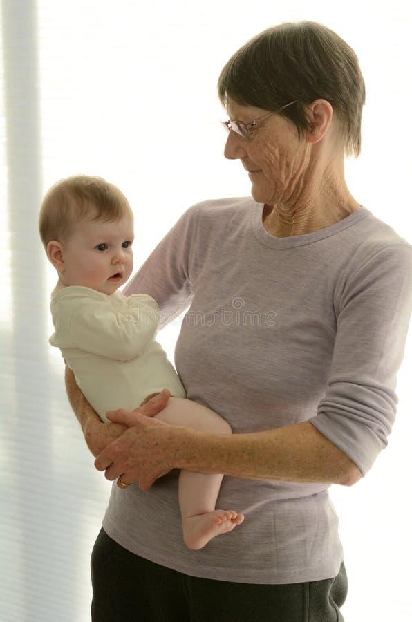 La grand-mère tient son petit-enfant photos libres de droits