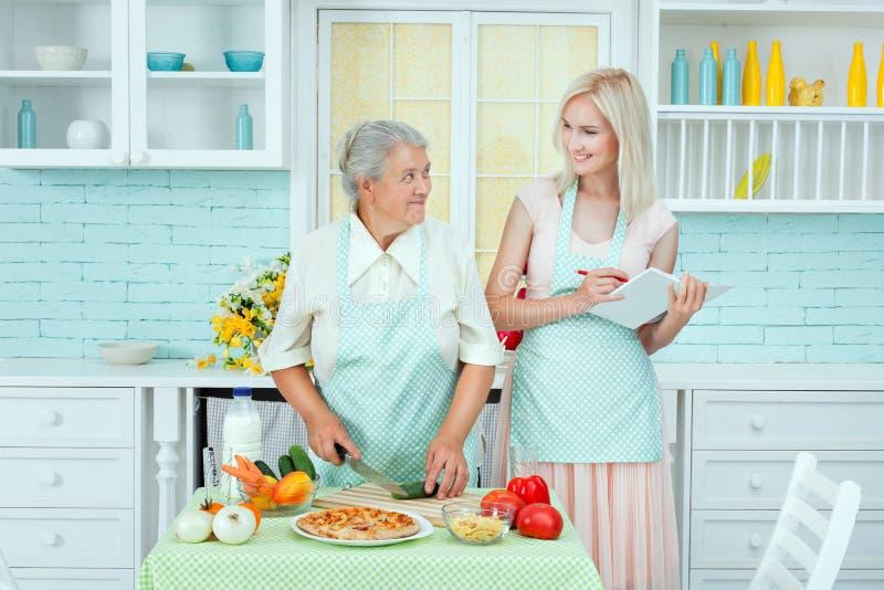 La grand-maman dit des recettes de nourriture images stock