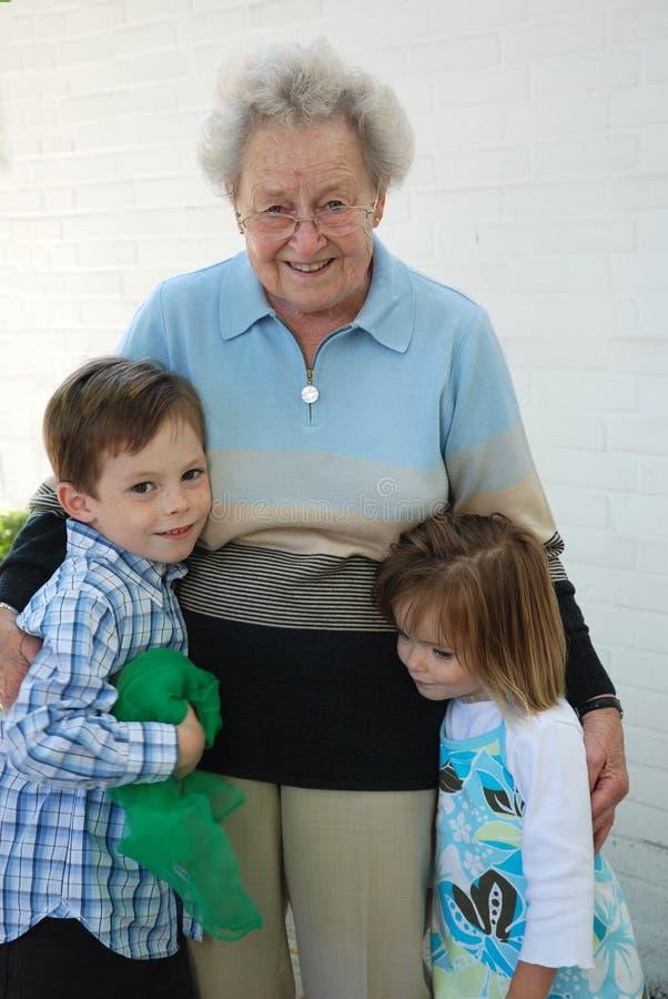 La grand-maman est les meilleurs petits-enfants et sa grande grand-maman photographie stock