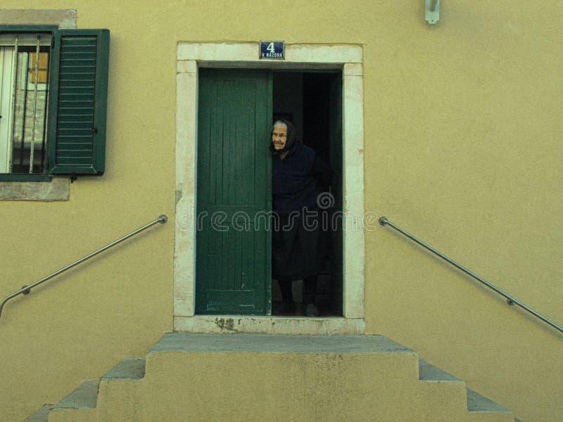 La grand-maman, porte, maison, île, regarde, chaque, visite, la vie, paisible, couleurs photographie stock libre de droits