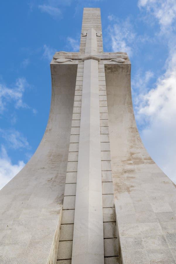 La grande épée dans le côté nord du monument aux découvertes à Lisbonne image stock