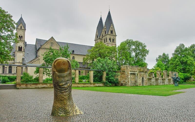 La grande arte del pollice sporge dal marciapiede in Germania immagini stock