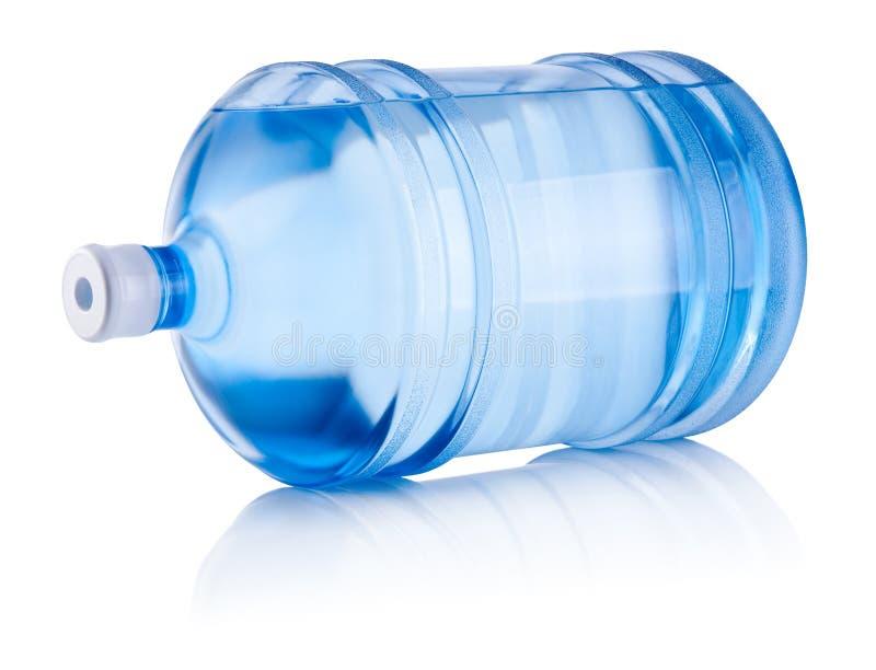 La grande bottiglia dell'acqua si trova da un lato isolato fotografie stock libere da diritti