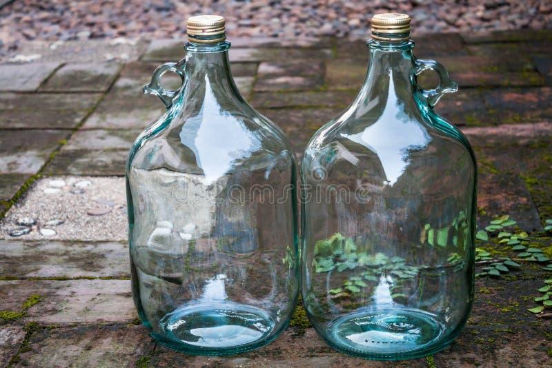 Download La Grande Bottiglia Di Vino Di Vetro Per Ricicla Lo Scopo Fotografia Stock - Immagine di bottiglia, alcool: 30828268