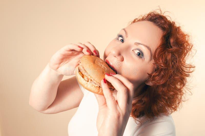 La Grande Donna Mangia Gli Alimenti A Rapida Preparazione ...