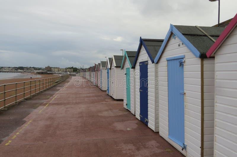 La grande hutte britannique de plage de bord de la mer images libres de droits