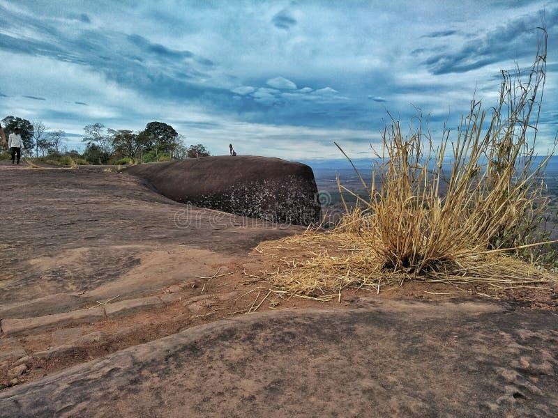 La grande montagne en pierre et le ciel dans la province de Bueng Kan de la Thaïlande photo stock