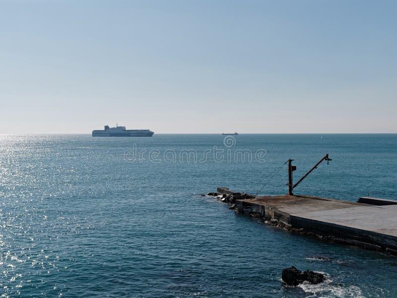 la grande nave del RO/RO entra nel porto di Genova fotografie stock