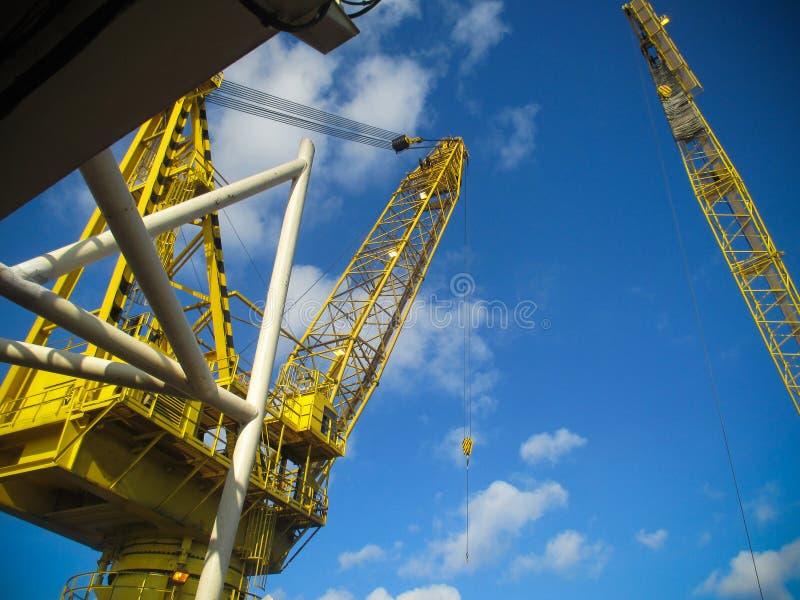 La grande nave della gru che installa la piattaforma dentro al largo, chiatta gru che fa l'installazione pesante marina dell'asce immagini stock