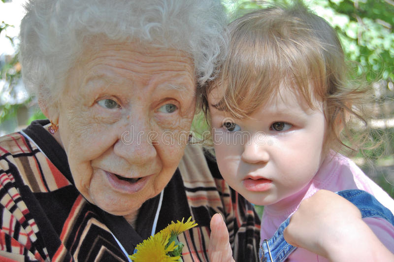 la grande nonna della figlia dice immagini stock