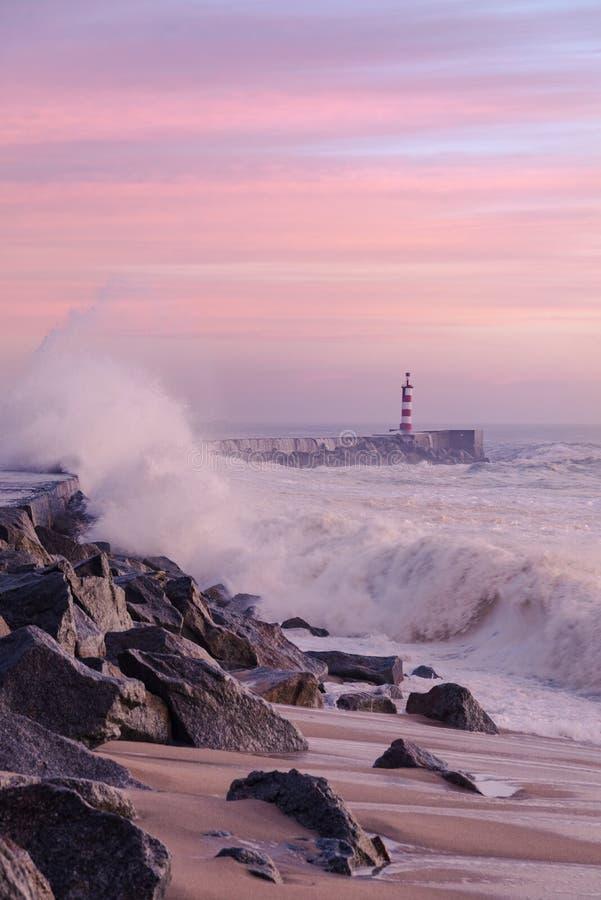 La grande onda ha colpito il litorale nella baia di Vila do Conde immagine stock libera da diritti