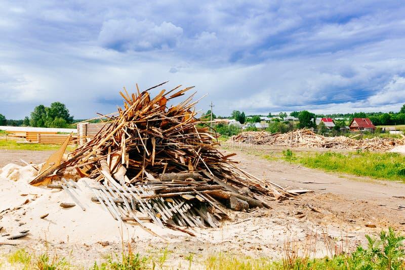 La grande pila di plance di legno fotografia stock