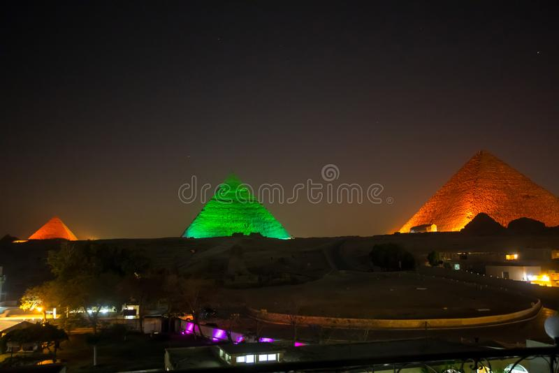 La grande piramide alla notte immagini stock