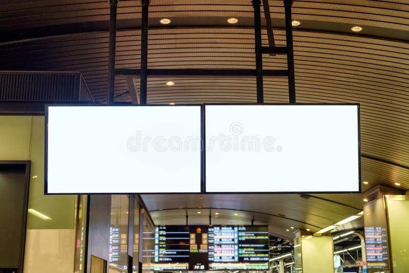 La grande publicité vide de panneau d'affichage accrochant à la station photos stock