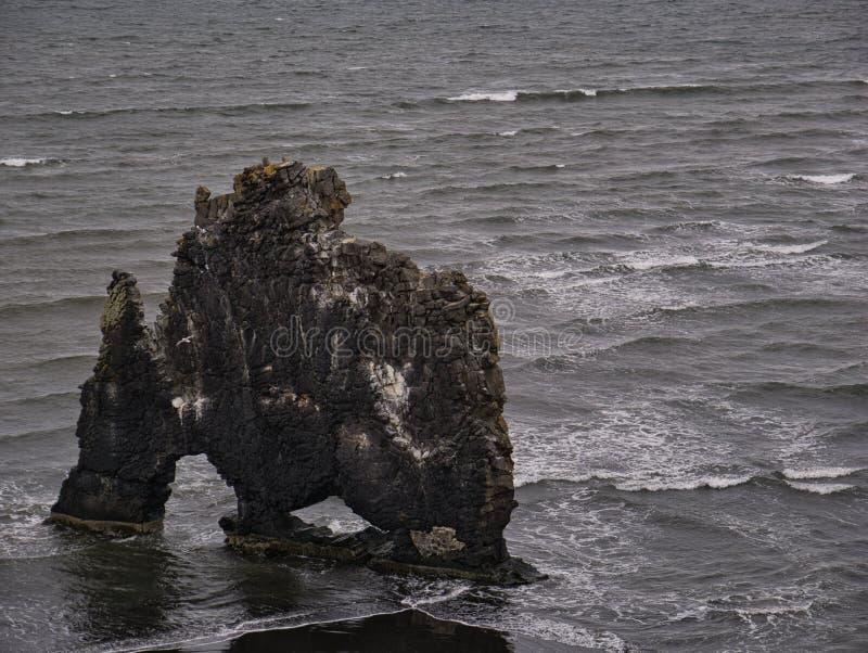 La grande roche de basalte sur la côte islandaise photo libre de droits