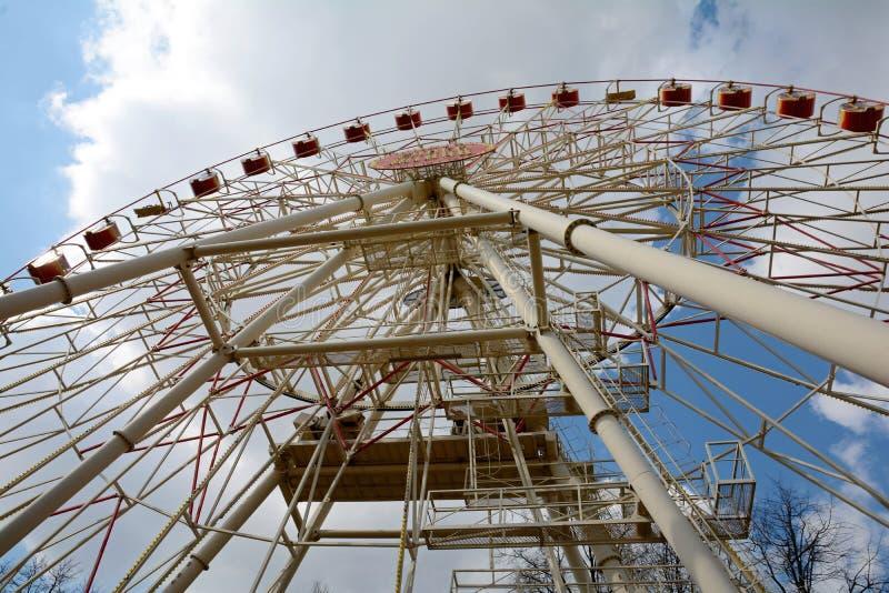 La grande roue en parc de Minsk Gorki a été installée en 2003 Taille 54 mètres Nombre de sièges : 144 4 cabines et 32 ouverts fer images libres de droits