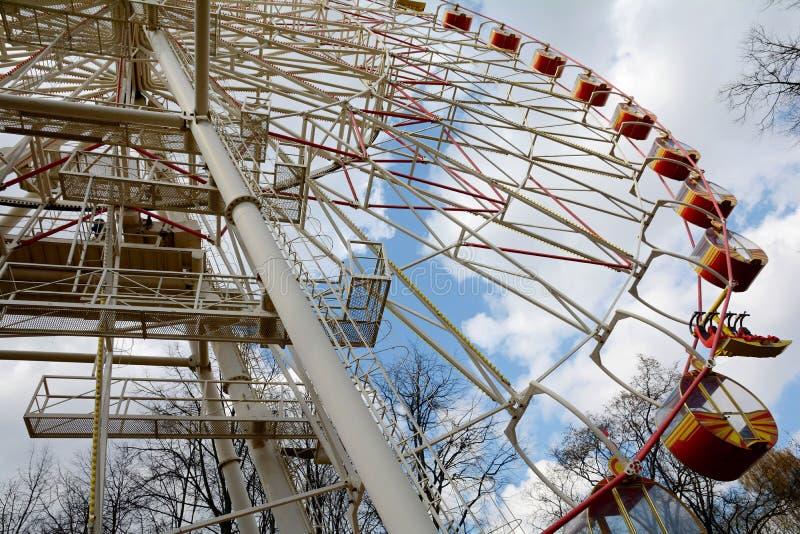 La grande roue en parc de Minsk Gorki a été installée en 2003 Taille 54 mètres Nombre de sièges : 144 4 cabines et 32 ouverts fer image libre de droits