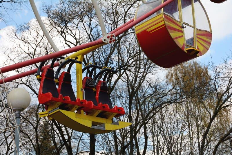 La grande roue en parc de Minsk Gorki a été installée en 2003 Taille 54 mètres Nombre de sièges : 144 4 cabines et 32 ouverts fer photos libres de droits
