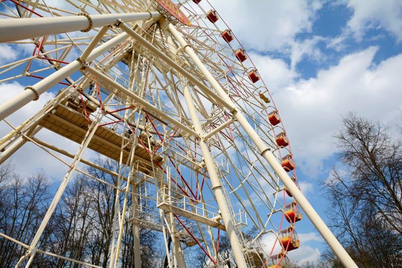 La grande roue en parc de Minsk Gorki a été installée en 2003 Taille 54 mètres Nombre de sièges : 144 4 cabines et 32 ouverts fer photo stock