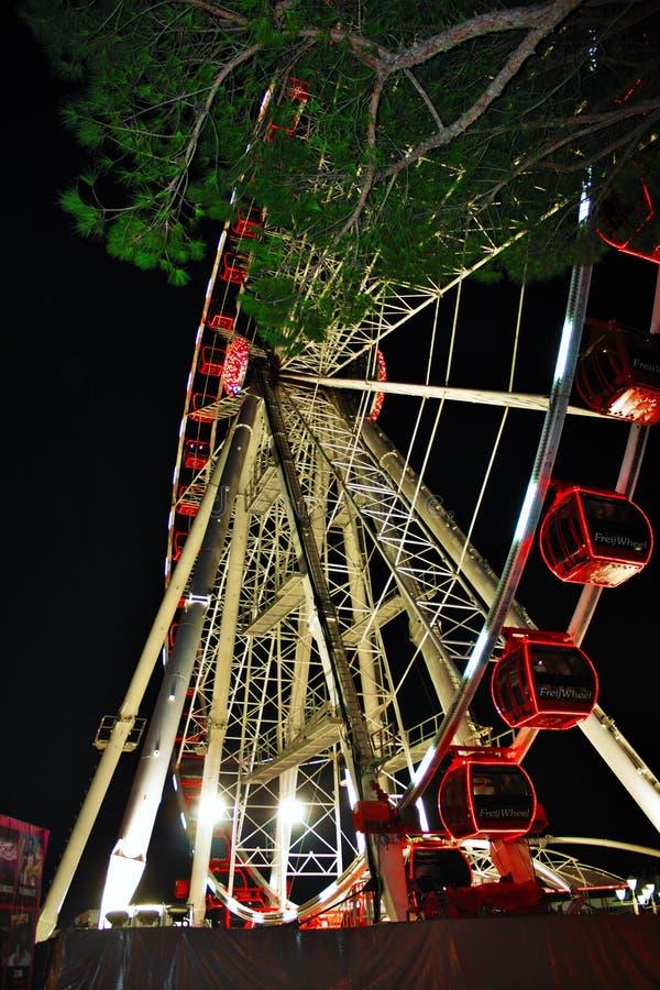 La grande roue, un des tours classiques, tourne lentement tout en appréciant le paysage étant habituellement très grand photographie stock libre de droits