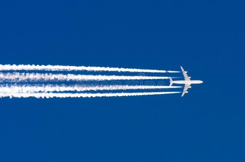 La grande scia dell'aeroporto di aviazione di quattro motori dell'aeroplano si appanna fotografia stock libera da diritti