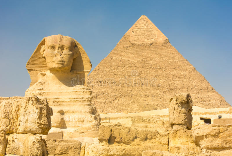 La grande Sfinge e la piramide di Kufu, Giza, Egitto immagini stock libere da diritti