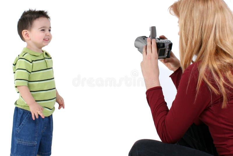 La grande soeur prend une photo de frère photo libre de droits