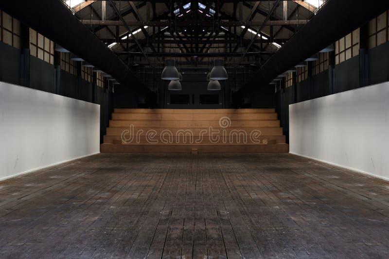 La grande stanza spaziosa, illuminata da luce naturale dalle finestre, spazio interno vuoto, era casa royalty illustrazione gratis