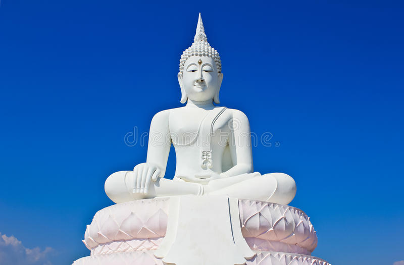 La grande statua bianca del Buddha. fotografia stock