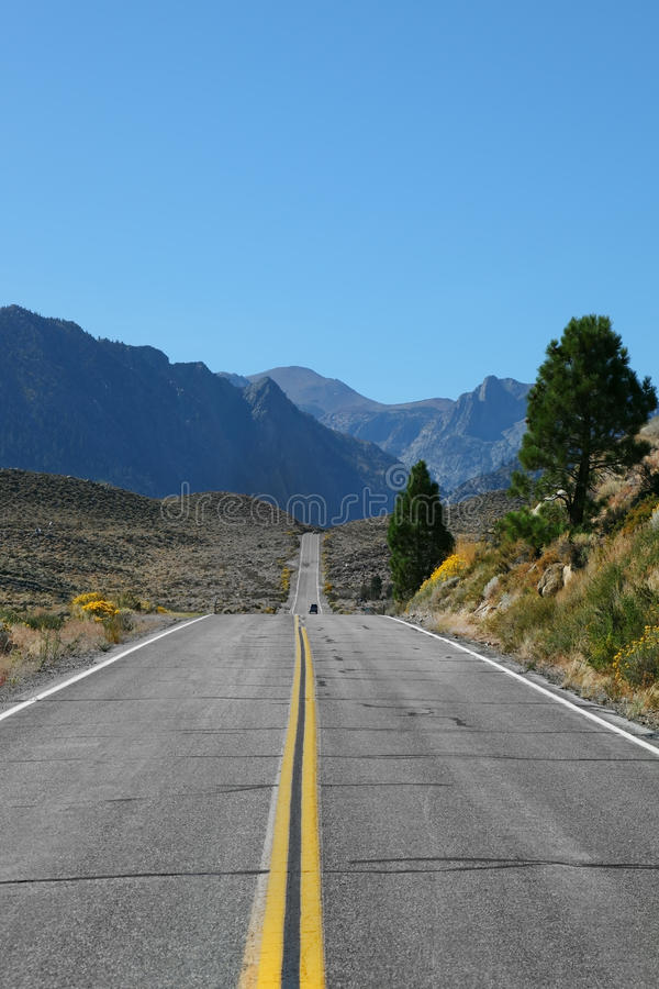 La grande strada americana va in deserto immagine stock