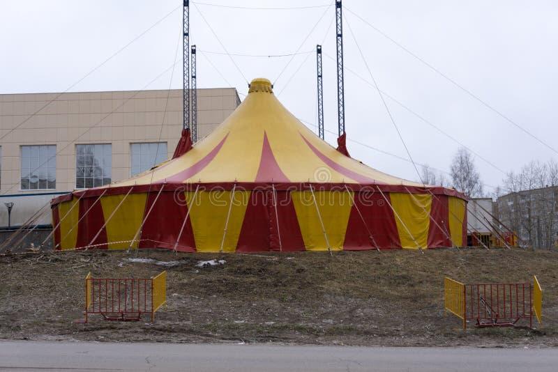 La grande tente complète des couleurs jaunes et rouges d'en de tente photo libre de droits