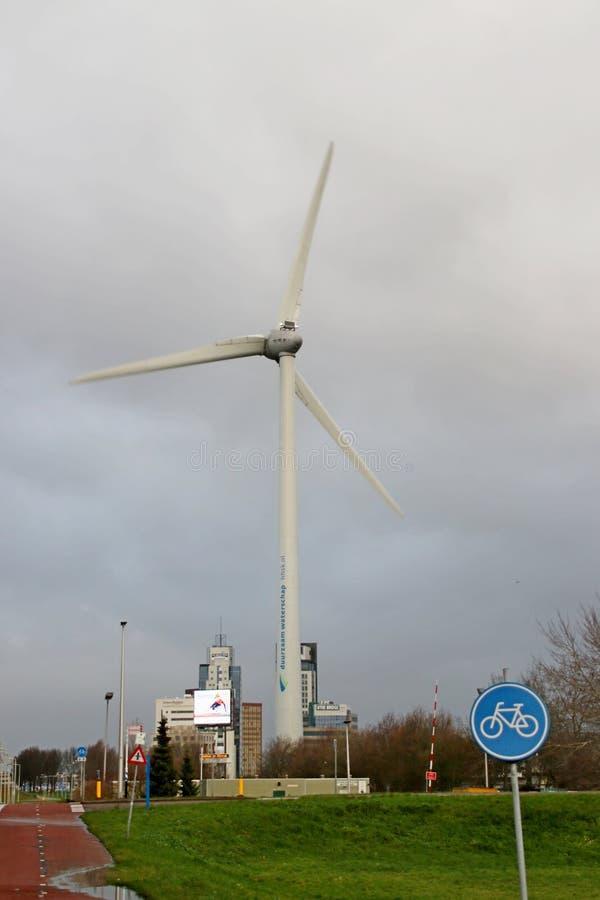 La grande turbine de vent à la zone commerciale de Rivium dans Capelle aan den IJssel a possédé par en de Krimpernerwaar de Hoogh photo stock