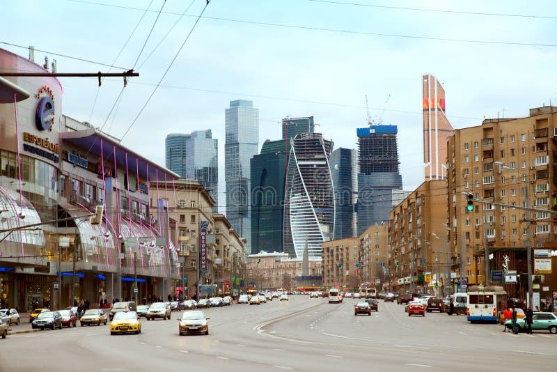 La grande via di Dorogomiloskaya alla stazione ferroviaria di Kiev a Mosca fotografie stock libere da diritti